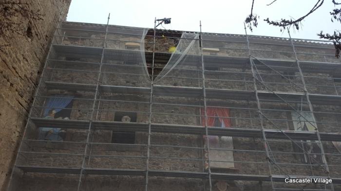 Mise en place du premier linteau, en haut à gauche