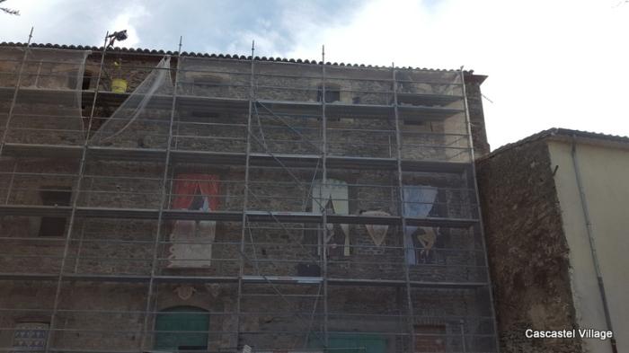 La pose des linteaux extérieurs du 2ème étage se termine