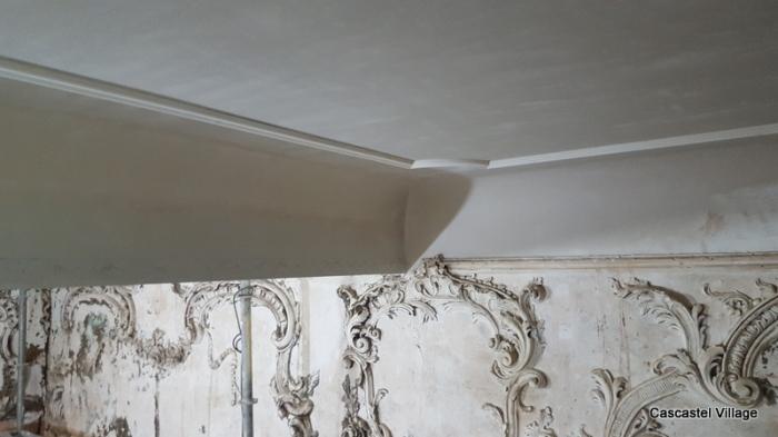 Les moulures du plafond sont posées