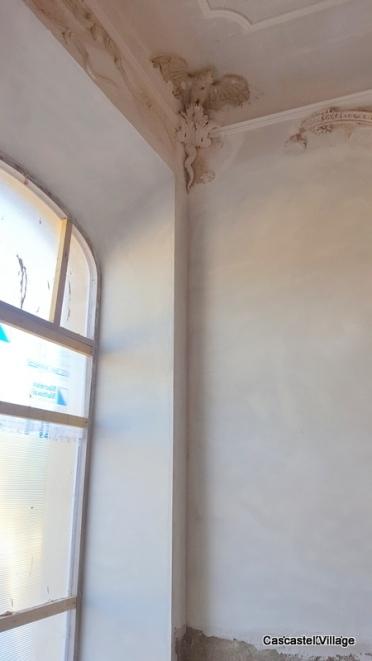 Préparation des fonds en plâtre pour pose des éléments de gypserie