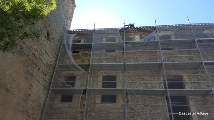 La façade commence à recevoir la couche d'enduit d'accrochage