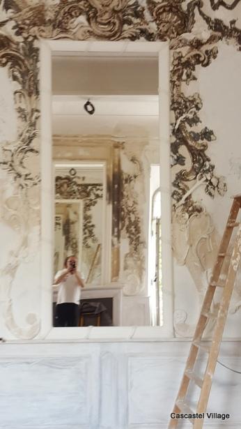 Le grand miroir avec cadre, qui sera doré