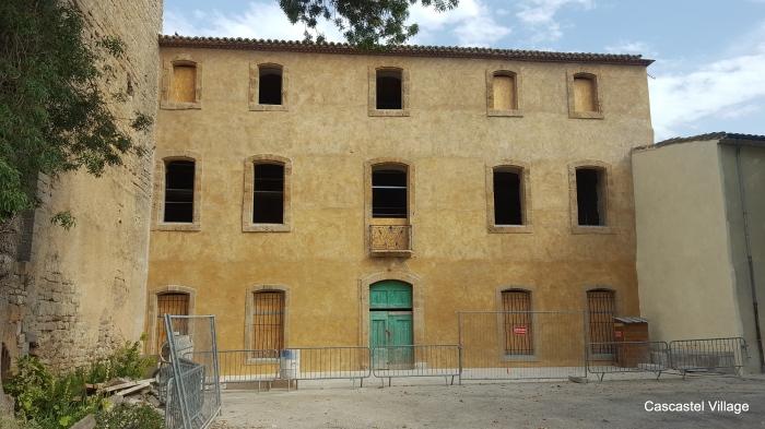 La façade dégagée de l'échafaudage, avec grilles et balcon