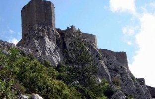 Autour-2-le-chateau-de-queribus-situe-dans-les-hautes-corbieres-est