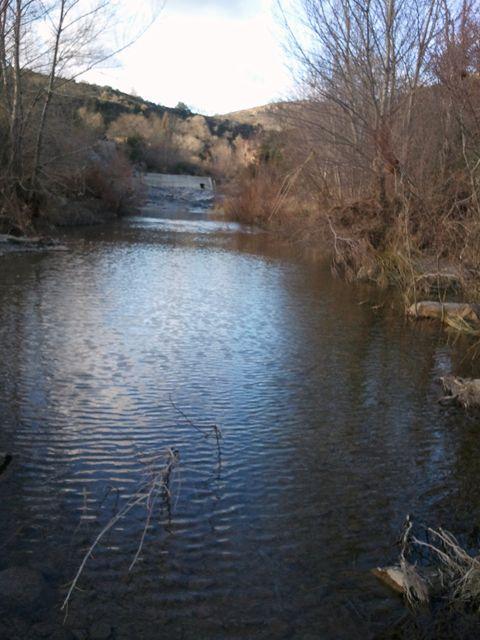 Plan d'eau dégagé sous le barrage