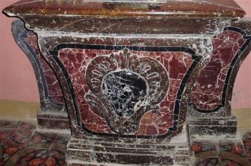 Fonds Baptismaux (fragments de l'ancien maître autel)