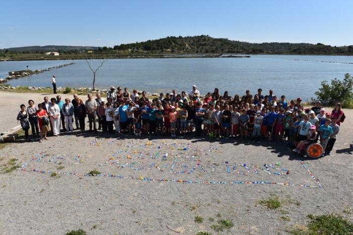 Photo de groupe devant l'étang de Peyriac, 130 enfants, du CE2 à la 4ème