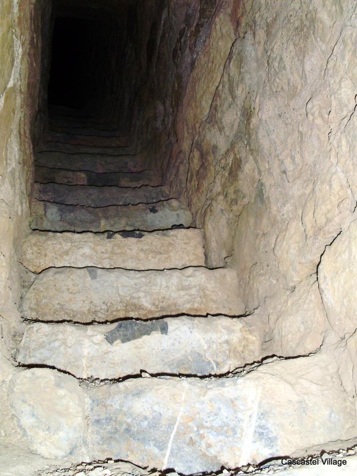 """L'escalier """"secret"""", remarquer la qualité de la pierre"""